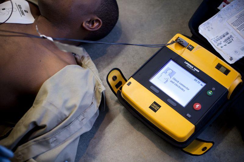 Atendimento com o Lifepak 1000 da Physio Control