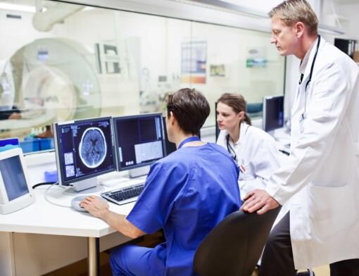Qual a importância do treinamento de equipe para usar aparelhos médicos